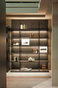 Offene Regale lassen eine Küche wohnlich und schick wirken. Wenn sie frei im Zimmer stehen, können sie auch als Raumteiler verwendet werden. (Foto: AMK)