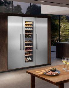 Ein Design-Highlight und Raumwunder für alle Haushalte, die viel unterbringen und bevorraten möchten. Die attraktive Planung setzt auf modular konzipierte Einbaugeräte, die sich nahtlos in eine Küchenzeile integrieren und zu einem stilvollen Vorratscenter kombinieren lassen. (Foto: AMK)