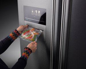 Mit diesem XL-Frischecenter kann man nicht nur auf hohem Niveau kühlen und gefrieren, sondern auch Lebensmittel im Handumdrehen vakuumieren. Dazu ist die freistehende Premium-Side-by-Side-Kombination mit einer zusätzlichen, integrierten Vakuumier-Funktion ausgestattet. (Foto: AMK)