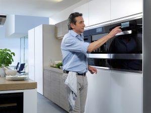 Mehr als zwei Drittel der Männer haben Spaß am Kochen. Vorausgesetzt, die Küche stimmt. (Foto: AMK)
