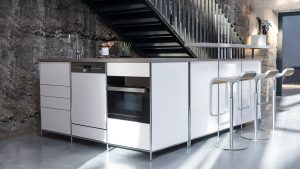 Modulare Küchenmöbel können wie separate Elemente zusammenge-stellt werden und sind auch bestens für den Hauswirtschaftraum geeig-net. (Foto: AMK)