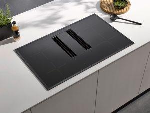 Wie leistungsstarkes Kochen & Lüften gleichzeitig geht, zeigt dieses kompakte 2in1-Modell mit vier Kochzonen und einer Touch-Bedienung für alle Funktionen des Induktionskochfeldes und der integrierten Absaugung. (Foto: AMK)