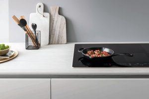 Bei diesem Induktionskochfeld können mehrere Kochzonen zusammengefasst werden, damit Töpfe und Pfannen unterschiedlicher Größe Platz haben. Die Hitzezufuhr jeder Kochzone wird per Slider gesteuert. (Foto: AMK)