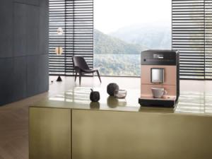 Bester Kaffeegenuss kombiniert mit einer intuitiven Bedienung, einfachen Pflege und Reinigung sowie einem besonders leisen Mahlwerk zeichnen diesen Stand-Kaffeevollautomaten für sieben Trinkspezialitäten aus. Er ist in vier Ausstattungsvarianten und fünf Farbstellungen erhältlich. (Foto: AMK)