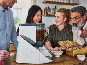 """Ob über den Tag verteilt oder in stressigen Zeiten gilt: """"Erst mal eine Tasse Tee trinken und gemeinsam mit allen Sinnen genießen. Ganz neuartige Tee-Erlebnisse beschert dieser Teevollautomat mit App-Steuerung und einer Auswahl an feinen bis kräftigen Bio-Teesorten und stilvollem Zubehör. (Foto: AMK)"""
