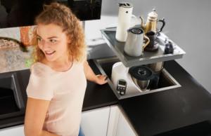 Als Tablarauszug ein perfekter Stauraum für diverse Küchengeräte, die Küchenecke wird sinnvoll genutzt. (Foto: AMK)