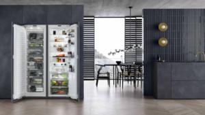 Hier wurden ein Einbau-Gefrier- und -Kühlschrank zu einer Seite-an-Seite-Lösung kombiniert. Bei einer idealen Temperatur und optimierten Luftfeuchte bleiben die Lebensmittel in den Schubladen bis zu fünfmal länger frisch. (Foto: AMK)