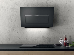 Effiziente, sehr leise Design-Kopffreihaube – wahlweise in trendigem schwarzem oder grauem Glas, in Weißglas oder wie auf dem Foto im gleichen widerstandsfähigen Material wie die Küchenarbeitsplatte. (Foto: AMK)