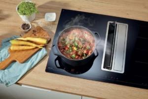 Auf ein minimalistisches Design setzt diese Kochfeldabsaugung. Fettfilter und Fettauffangschale lassen sich leicht herausnehmen und sind Spülmaschinengeeignet. Die Lüfterklappen öffnen/schließen per Touch-Funktion. (Foto: AMK)