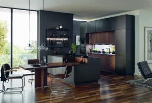 Die offene Küche mit fließenden Übergängen zum Ess- und Wohnbereich ist nach wie vor sehr gefragt. Dunkle Farben und markante Hölzer sind angesagt und schaffen ein behagliches Ambiente. (Foto: AMK)