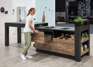 levere Vorratshaltung: ein individuell angefertigtes Küchenmöbel, bei dem auf wenig Raum untergebracht ist, was zum Kochen, Essen und Bevorraten benötigt wird: in hohen Schubkästen und extrabreiten Auszügen. (Foto: AMK)