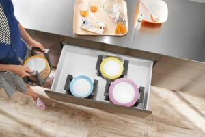 Wie sich Teller sicher, ergonomisch und gut erreichbar verstauen lassen, zeigt diese praktische Lösung. In den je nach Tellergröße einstellbaren Halterungen lassen sich bis zu 12 Teller stapeln und bequem transportieren. (Foto: AMK)